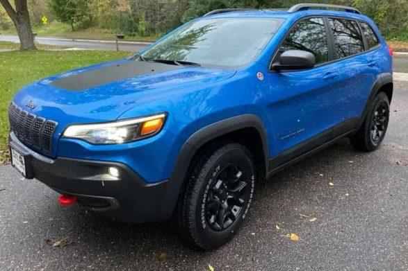 a blue 2019 jeep cherokee